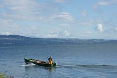 绿色小船的人 免版税库存照片