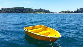 黄色小船 免版税库存图片