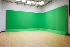 绿色屏幕在空的电视演播室 免版税库存照片