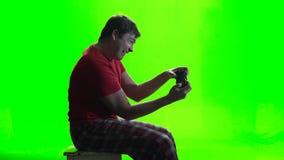 绿色屏幕 打在gamepad的游戏玩家一场新的比赛 股票录像