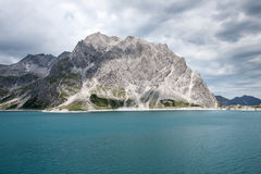 绿色山和湖,奥地利 免版税库存照片