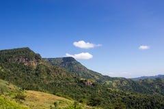绿色山和蓝天 库存图片