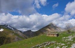 绿色山在蓝天下 免版税库存图片