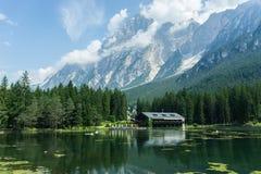 绿色山湖瑞士山中的牧人小屋和风雨棚客舱 免版税库存照片