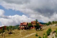 绿色山的老Woden房子 图库摄影