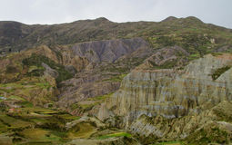 绿色山谷和岩层在拉巴斯附近在玻利维亚 免版税图库摄影