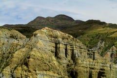 绿色山谷和岩层 免版税库存图片