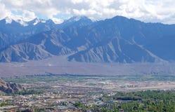 绿色山谷和美丽的山在Leh, HDR 免版税库存图片