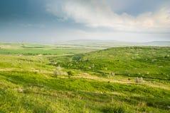 绿色山谷和蓝天 免版税图库摄影