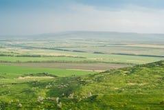 绿色山谷在蓝天下 免版税图库摄影