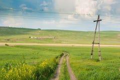 绿色山谷在蓝天下 库存图片
