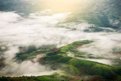 绿色山顶视图与云彩的在多雨 库存照片