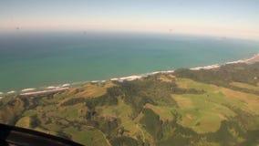 绿色山风景和海洋在新西兰沿岸航行从直升机的看法 股票视频