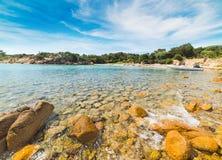 黄色岩石和橡皮艇在一个小小海湾 免版税库存图片