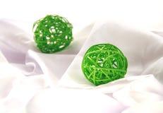 绿色工艺圣诞节球 库存照片