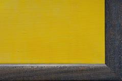 黄色帆布在蓝色框架 免版税库存图片