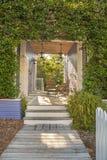 绿色常春藤包围的外部露台 免版税图库摄影