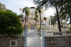 绿色庭院和老木避暑别墅在王子海岛 库存图片