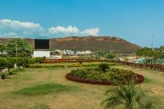 绿色庭院宽看法从与山在背景中, Kailashgiri,维沙卡帕特南,安得拉邦, 2017年3月05日的观点 免版税库存照片