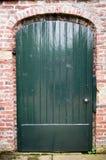 绿色庭院门被围住的庭院 免版税库存照片