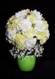 黄色康乃馨圆的欢乐花束  库存图片