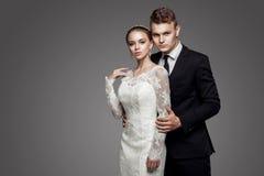黄色弓领带的新郎与新娘,演播室 库存图片