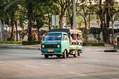 绿色微型卡车出租汽车在曼谷 库存图片