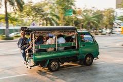 绿色微型卡车出租汽车在曼谷 免版税库存照片