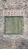 绿色快门和砖楣石 免版税库存照片