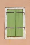 绿色快门,棕色墙壁 库存图片