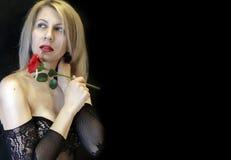色情女用贴身内衣裤滤网特写镜头的诱人的白肤金发的妇女 免版税库存照片