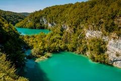 色情的横向 很多绿松石 Plitvice湖 库存照片