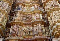 色情雕塑在克久拉霍寺庙小组纪念碑在印度 免版税库存图片