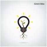 绿色想法射击树在一个电灯泡增长 图库摄影