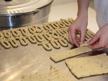 黄色意大利人Taralli准备:传统快餐 库存图片