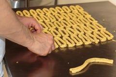 黄色意大利人Taralli准备:传统快餐 免版税库存图片