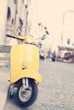 黄色意大利生产摩托车 库存图片