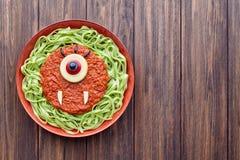 绿色意粉创造性的面团万圣夜食物cyclopes吸血鬼妖怪膳食 图库摄影