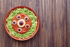 绿色意粉创造性的面团可怕万圣夜党食物妖怪 免版税库存照片