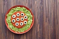 绿色意粉创造性的面团可怕万圣夜党食物妖怪 库存图片
