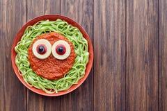 绿色意粉创造性的面团可怕万圣夜食物吸血鬼妖怪用假血液西红柿酱 库存图片