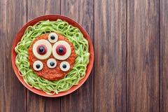 绿色意粉创造性的面团可怕万圣夜食物吸血鬼妖怪膳食 免版税库存照片
