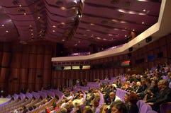 紫色戏院大厅观众 库存图片