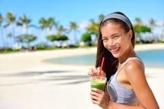 绿色戒毒所圆滑的人-妇女饮用的菜 库存图片