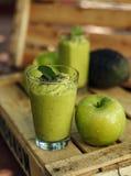 绿色戒毒所苹果和鲕梨圆滑的人 免版税库存照片