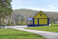 黄色房子在公园 免版税库存照片