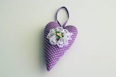 紫色手工制造心脏 免版税库存照片