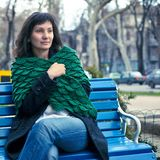 绿色披肩的少妇 免版税库存图片