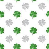 绿色抽象四叶三叶草的无缝的样式和银闪烁 图库摄影