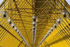 黄色抽象天花板 与一个节奏性,对角形式的现代建筑学 免版税库存图片